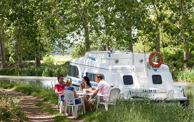 A picnic on the banks of the canal in France with Le Boat