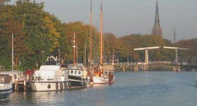 Barcos y puente levadizo en Holanda