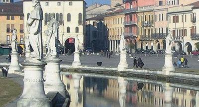 Fountain and statues in Venetia